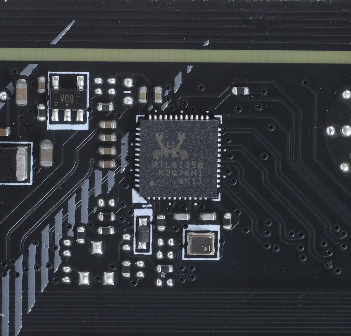 改用較平的 Realtek RTL8125B-CG 2.5Gb LAN 晶片