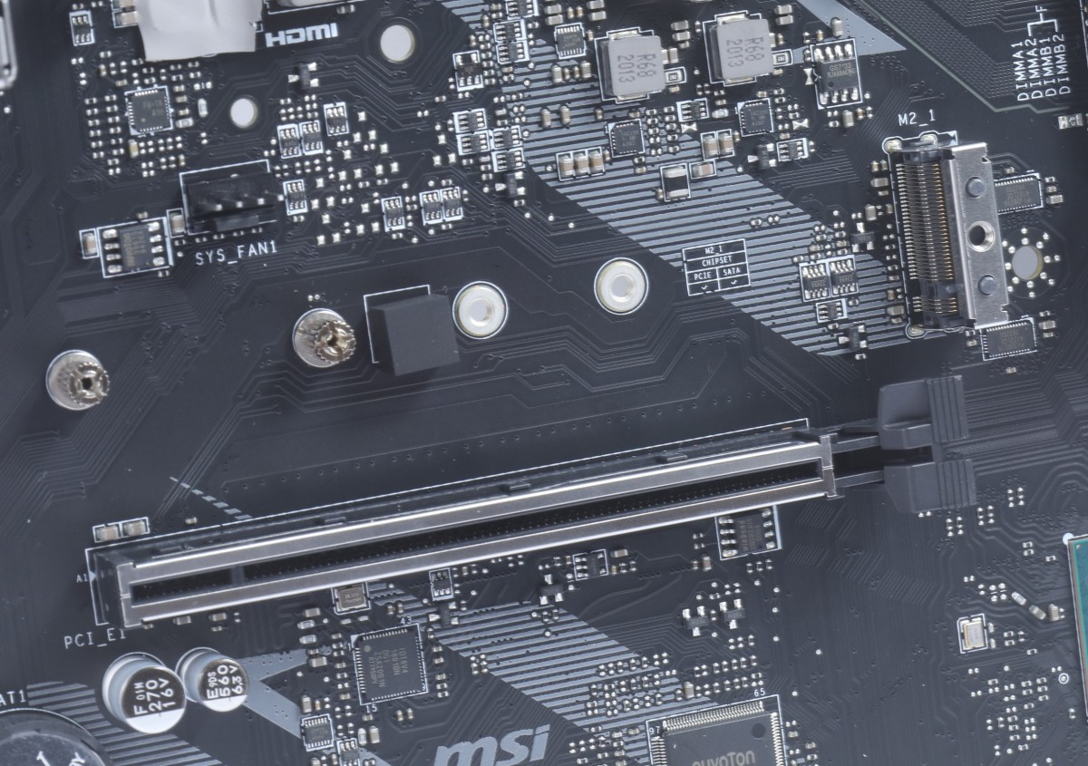 在重要的插槽加入金屬保護。如常用的第 1 根 PCI-E x16 及 M.2 Socket。