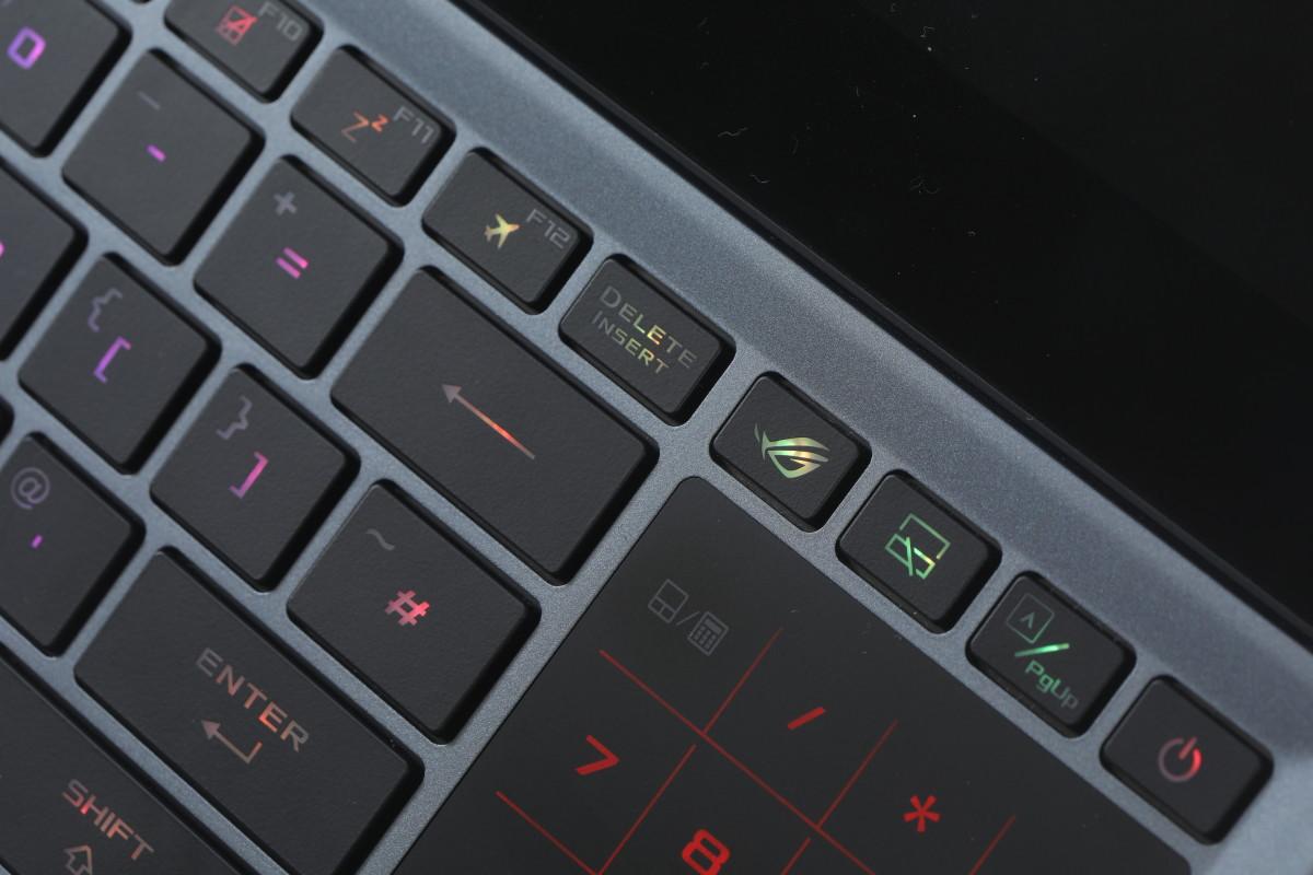 只要按下觸控版左上方的 ROG 鍵