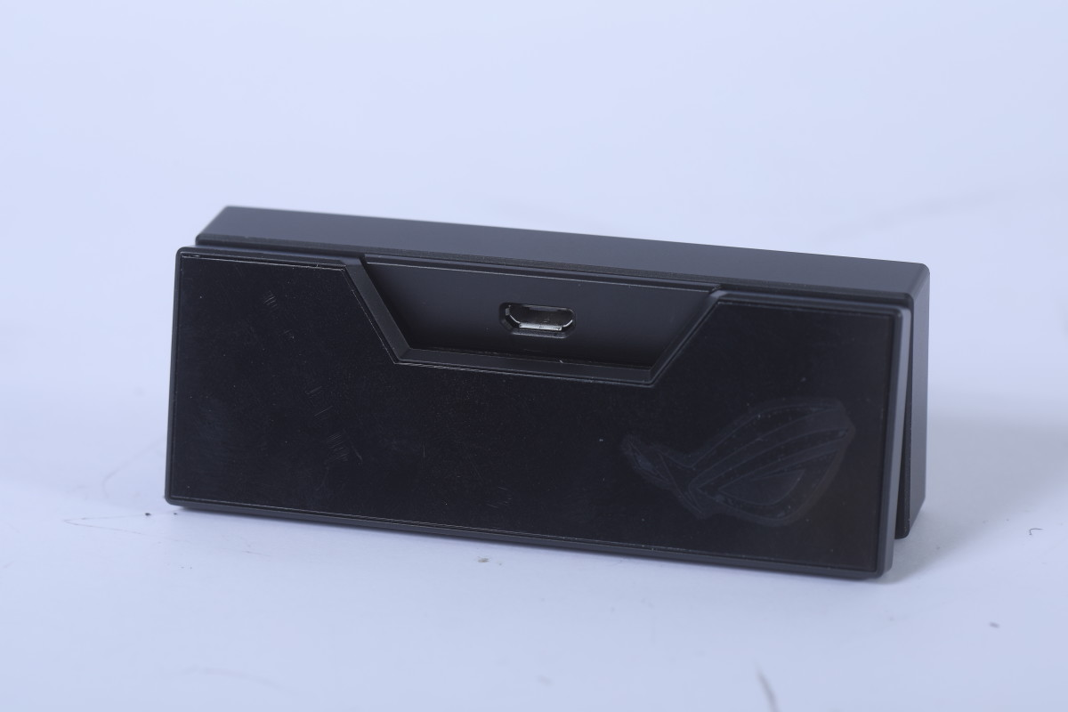使用micro USB連接,可配合需要不同長度的USB線使用。