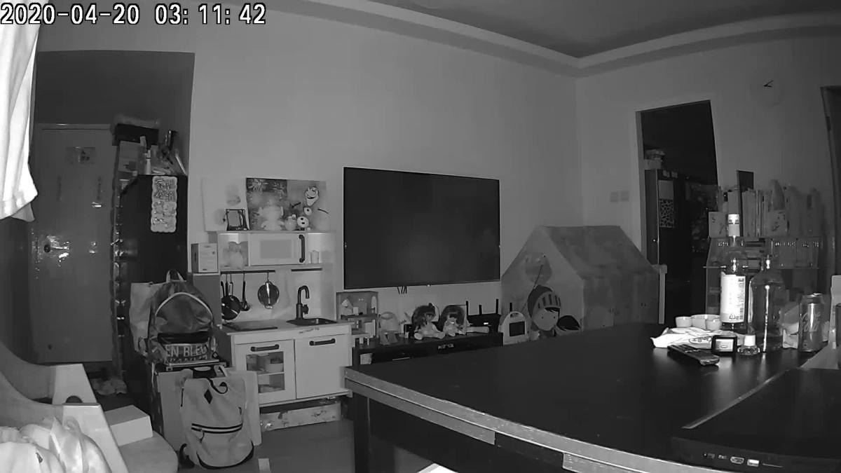 在深夜所有燈光關上的環境下,透過鏡頭拍出的全黑效果,相當出色。
