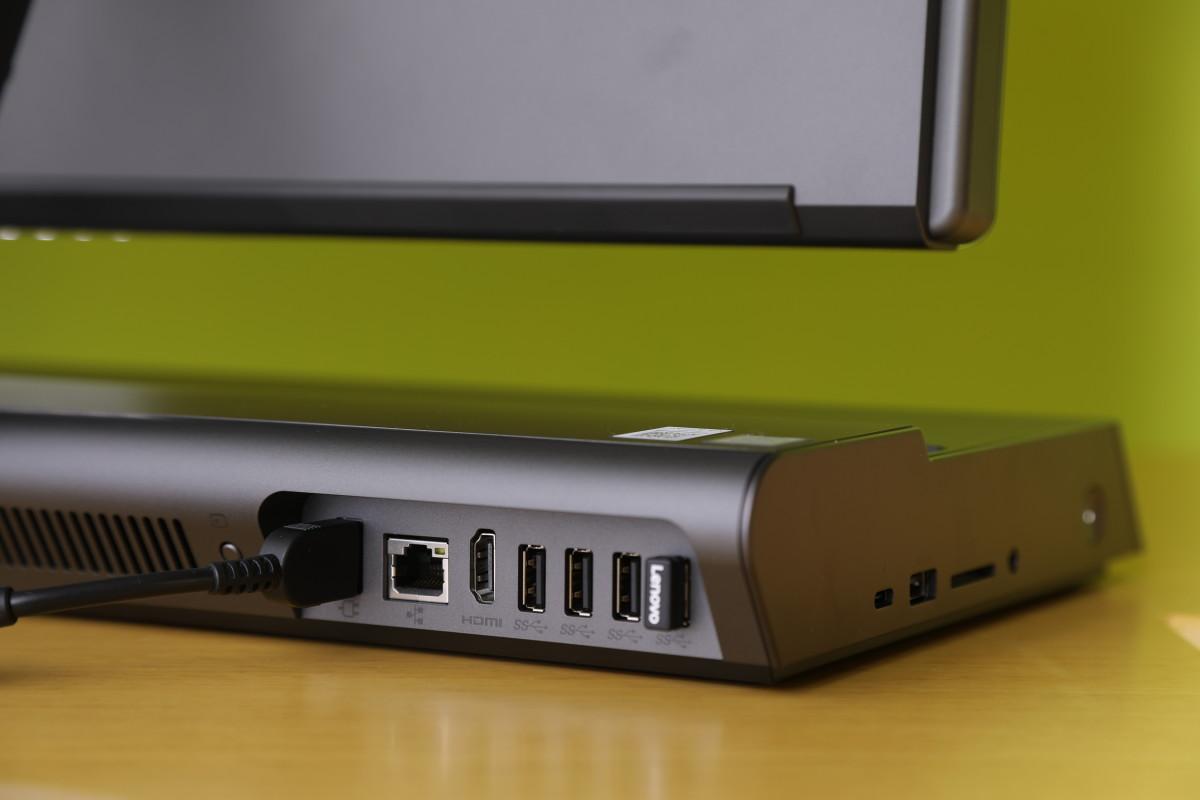 機身有多個 USB 3.0插頭、HDMI、網絡和 Thunderbolt插頭,以及SD讀卡器,相當齊備。