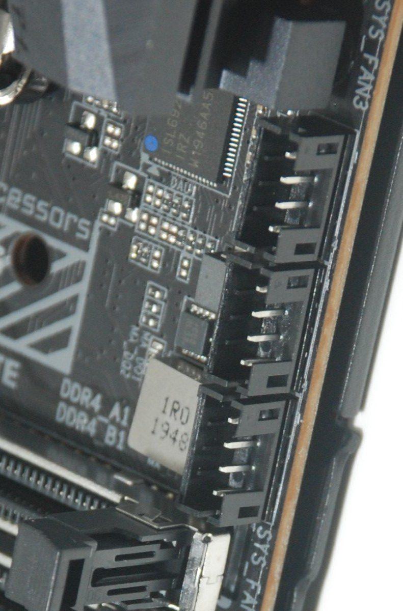 在 CPU 附近有 3 組迷你風扇插座