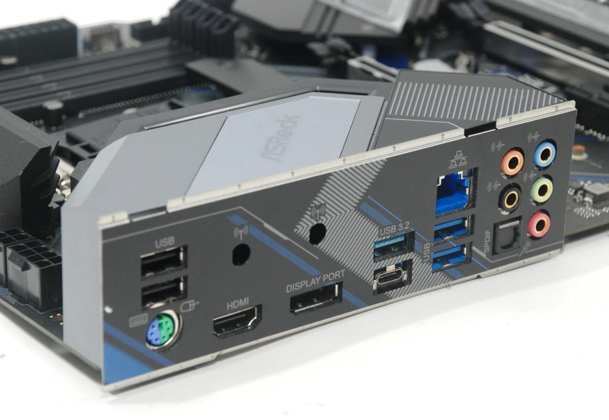 背板的功能應有盡有,如 HDMI, DisplayPort, USB Type-C, PS/2 等等。