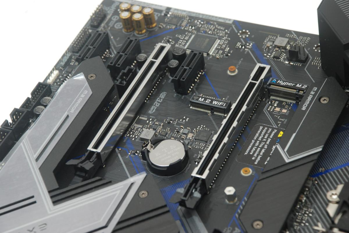 兩根 PCI-E x16 插槽皆經過 Steel Slots 強化。同時主機板在重要的部位加入15μ 鍍金,如第 1 根 PCI-E x16(PCIE1) 及所有 DIMM 記憶體插槽。