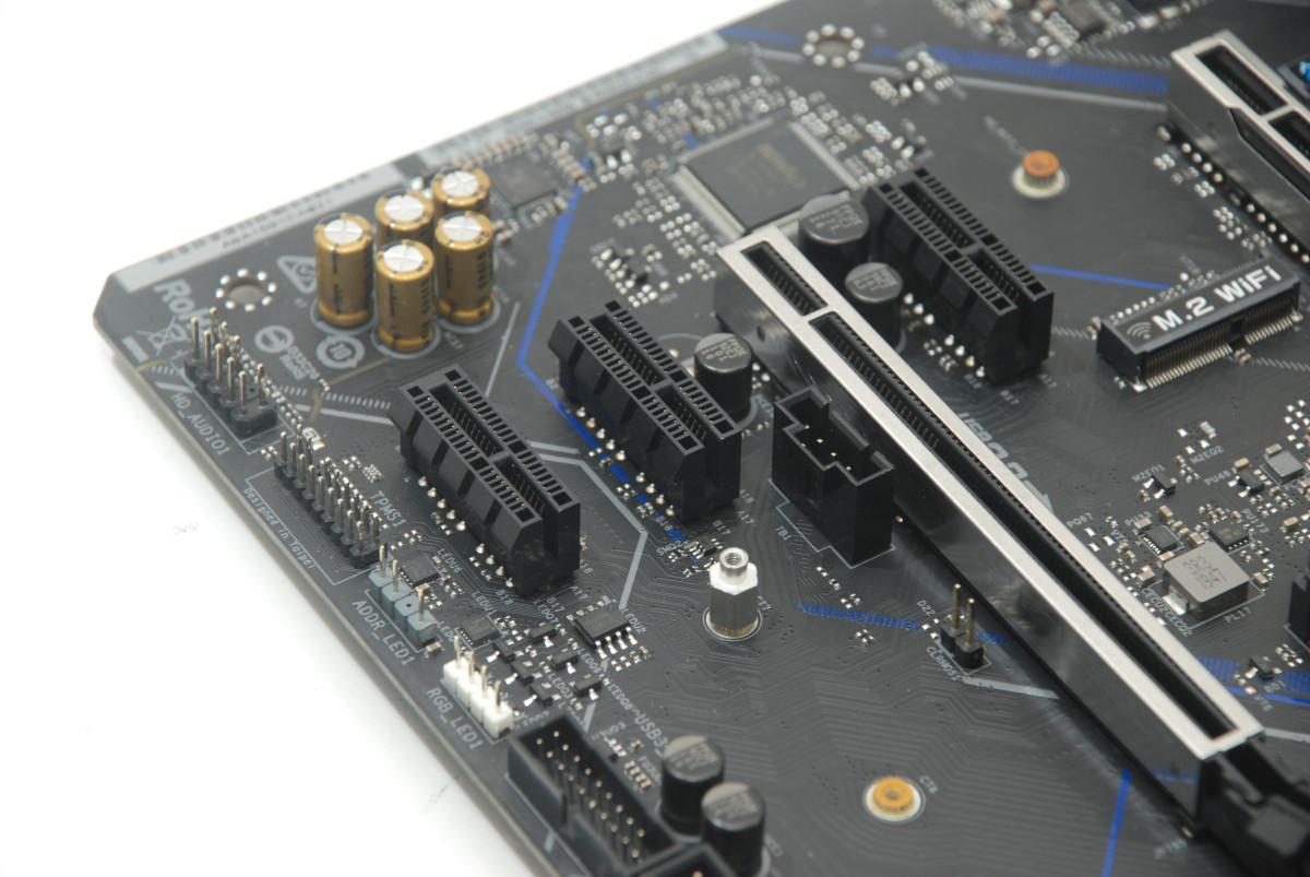 PCI-E x16 插槽繼續採用 Endless 設計,可以支援x1 以上的長卡。