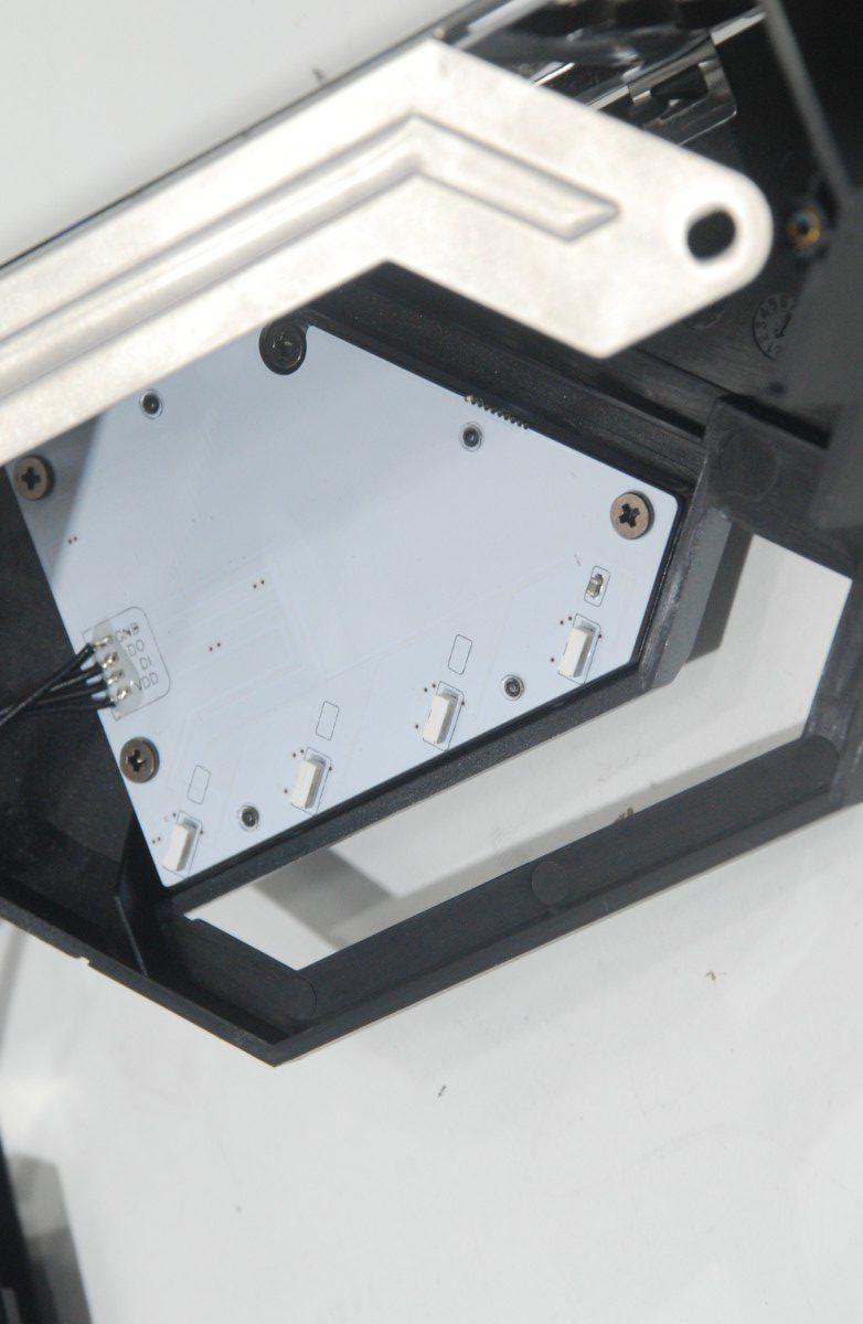 板上的 RGB 功能主要由圖中的 4 顆 LED 提供
