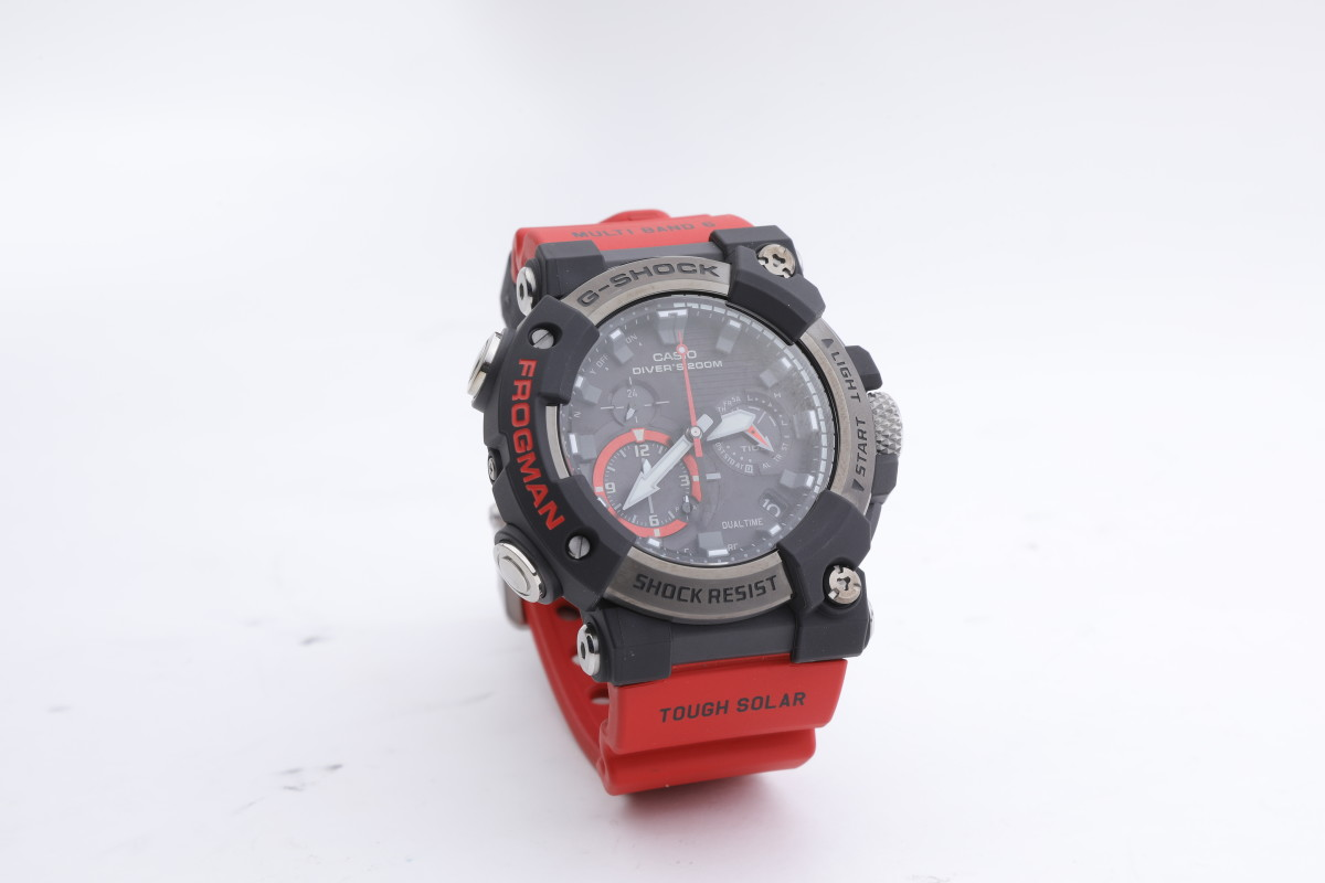 GWF-A100 是 FROGMAN 系列首款行針手錶,錶殼由碳纖製成,既輕巧又堅硬。
