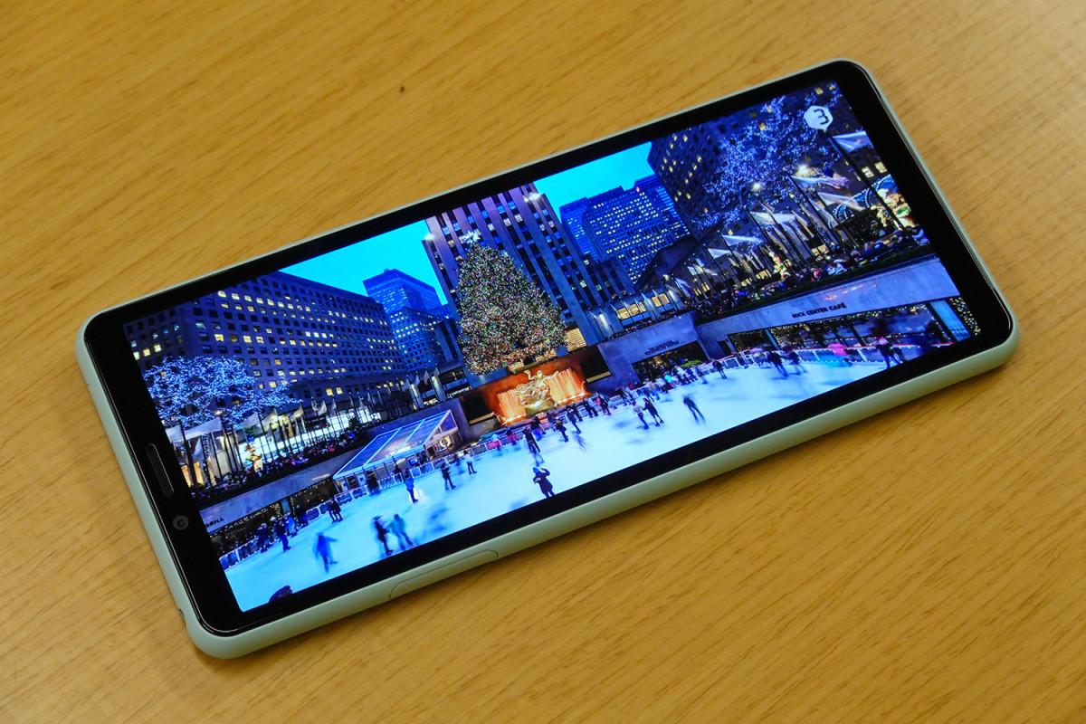 XPERIA 10 II 的 6 吋、21:9 比例的 FHD+ 解像度屏幕更使用了 OLED 面板,觀賞效果出眾。
