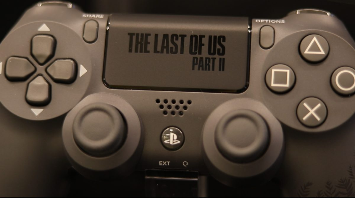 The Last of Us Part II 特別版手制上的LOGO 。