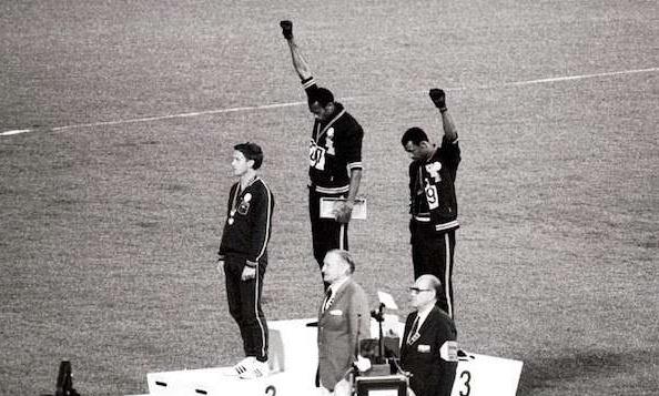 黑色拳頭相片是源於 1968 年墨西哥城奧運