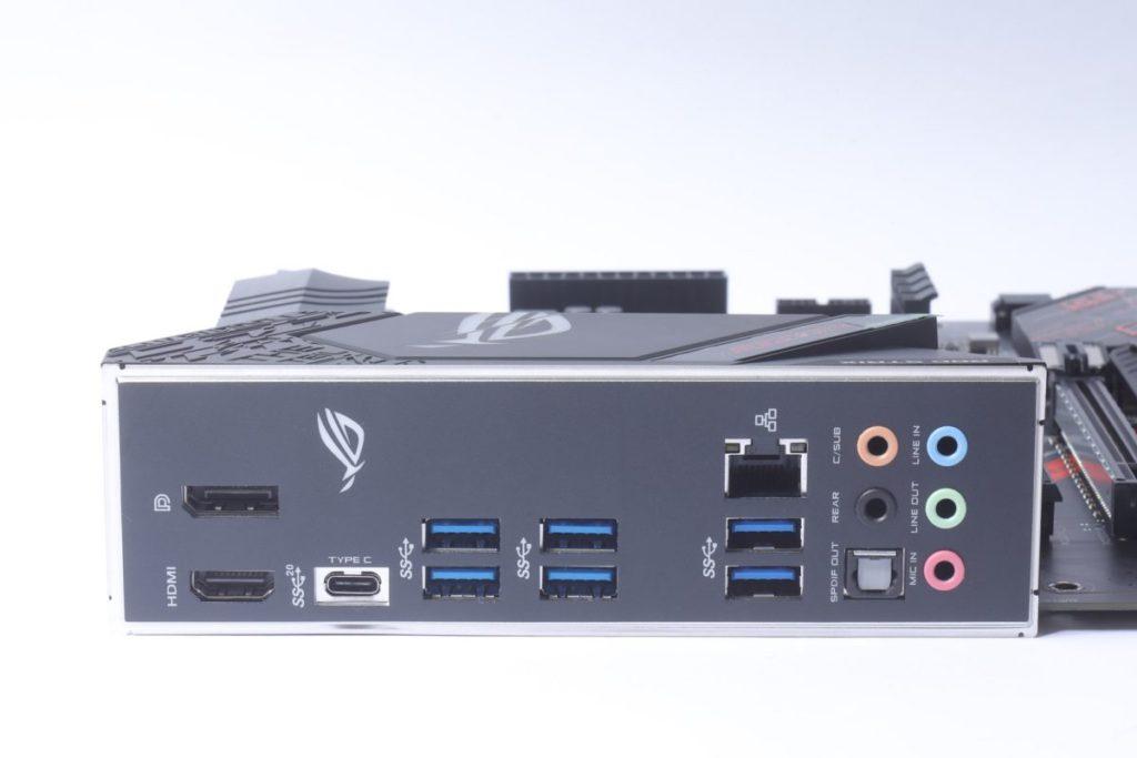背板提供的USB功能並不算多,而以Type-C 20Gbps輸出最為突出。