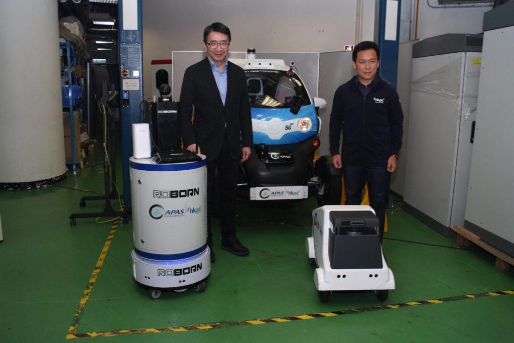 張梓昌(左)和潘志健(右)介紹生產力局的 5G 測試平台。