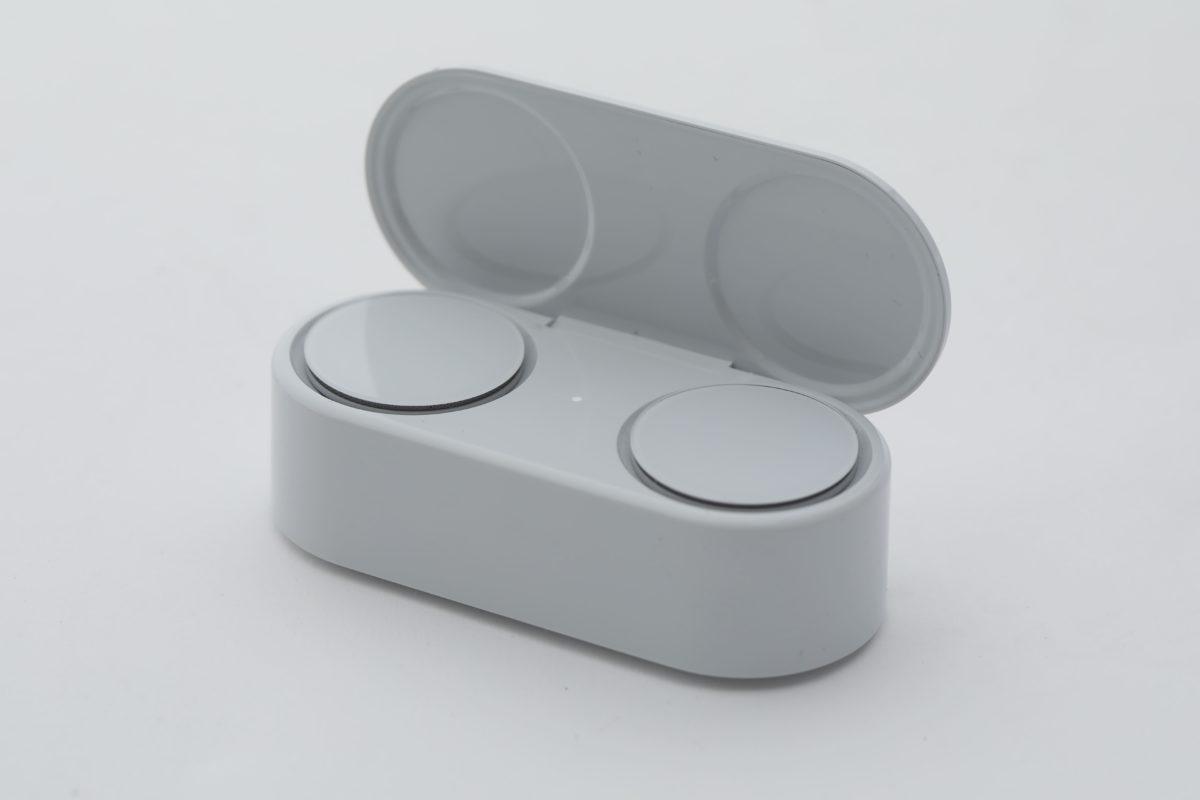 ●Surface Earbuds連電 池盒的外型相當搶 眼,耳機完全平面藏在 電池盒中。而且電池盒 也十分別緻小巧。