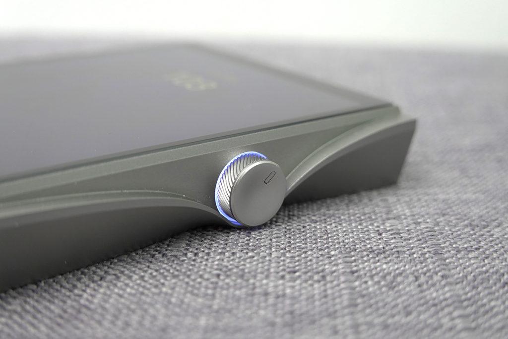 SE200 的音量旋鈕可玩發光顏色,且用上弧邊線條。