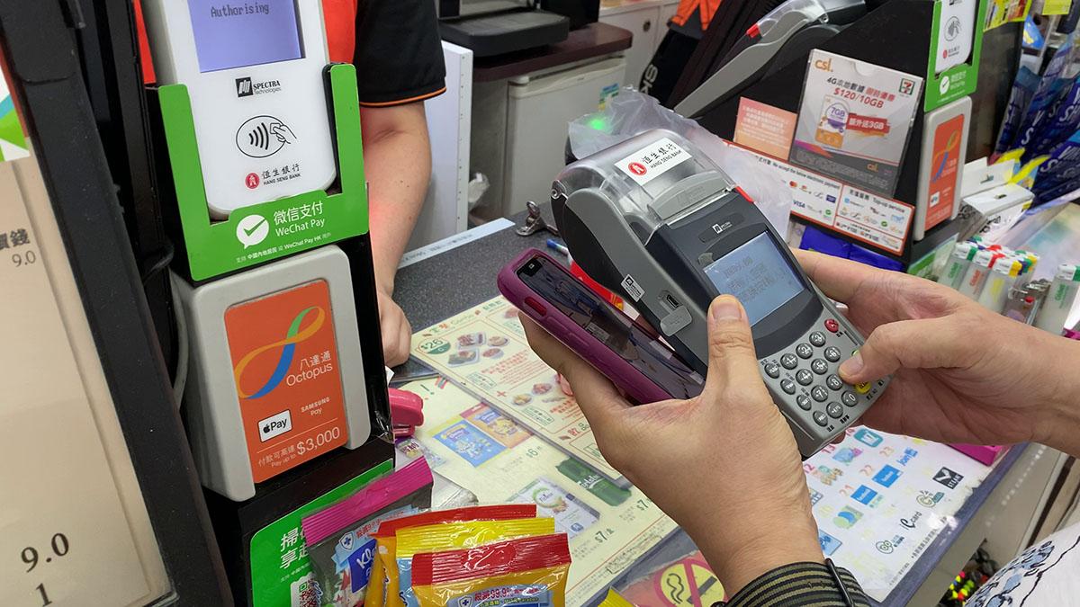 除了 Face ID 認證之外,還要在收銀機的鍵盤輸入提款卡密碼,手續比一般信用卡 Apple Pay 繁複得多。