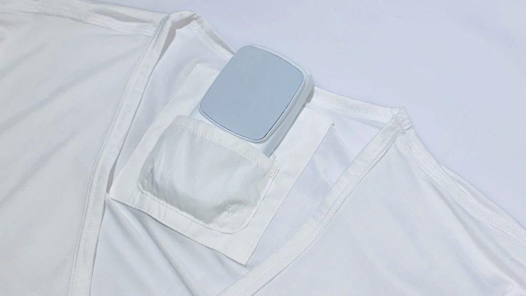 將主機放在專用內衣的口袋中