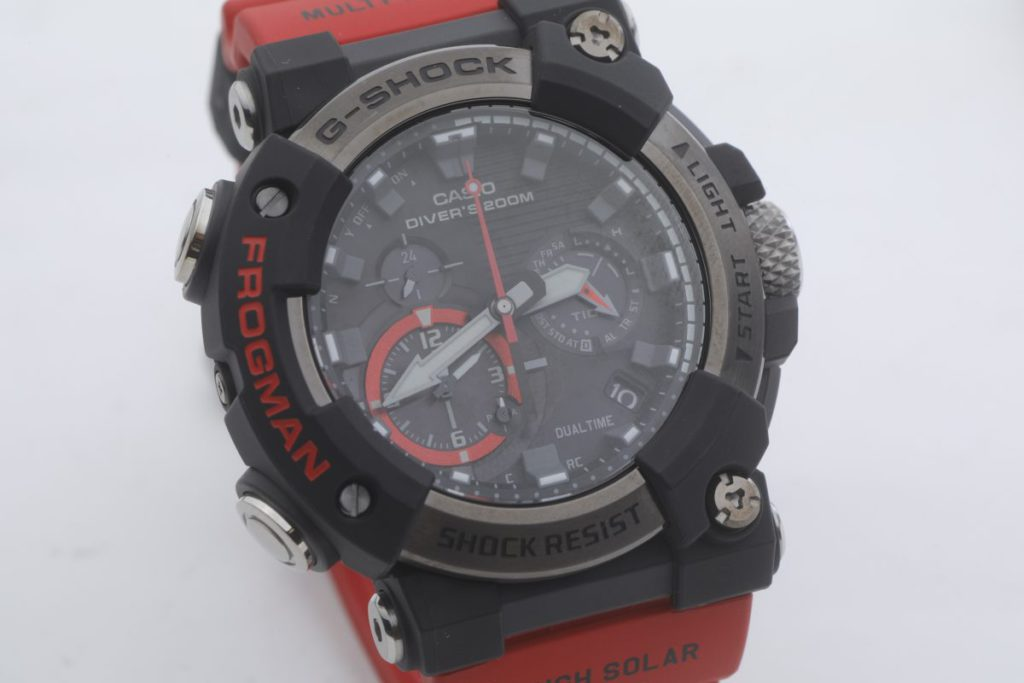 GWF-A1000 是 ROGMAN 系列首款行針手錶,錶殼由碳纖製成,輕巧又堅硬。