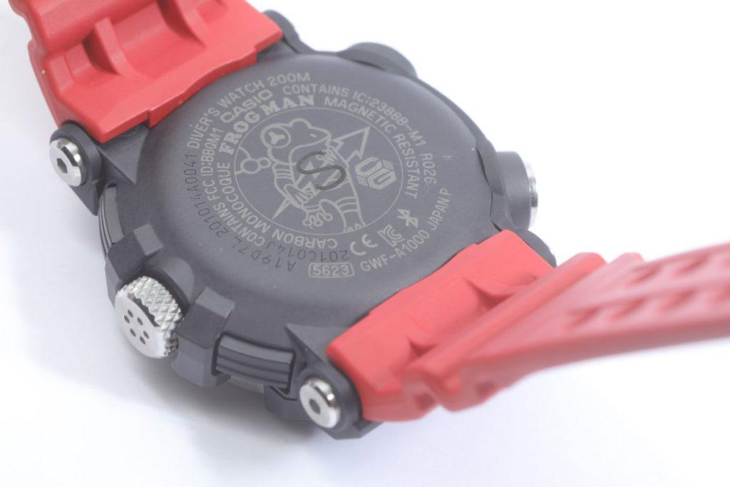 錶底蓋同樣刻有青蛙標誌。