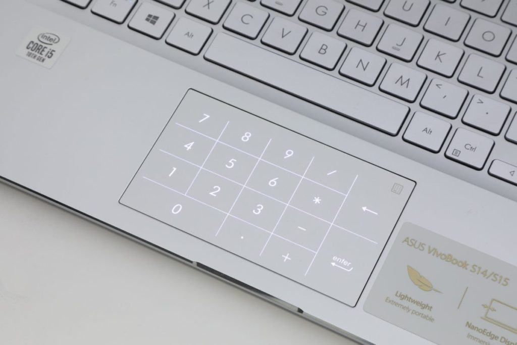 按下 Touchpad 右上角,即可切換成虛擬數字鍵,彌補 14 吋機種沒有 Number Pad 的不足。