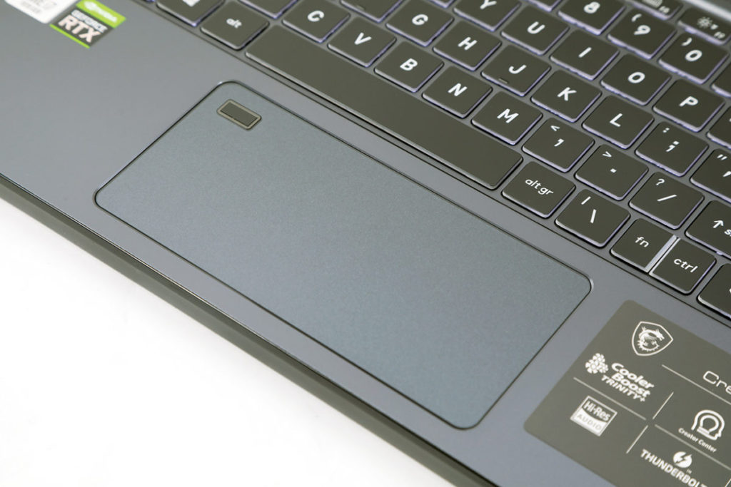 使用特大觸控板,用家不離手也可完成整組動作,左上角更有指紋解鎖,可提高電腦的保安。