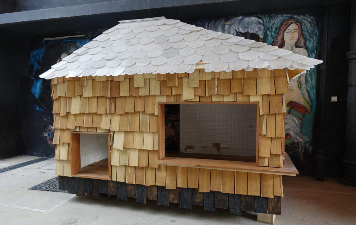 學校本身要是有足夠空間,更能讓學生發揮。該校到處都有學生所重新佈置的空間,圖中的小木屋是用颱風山竹所摧毀的樹木廢物利用製成。