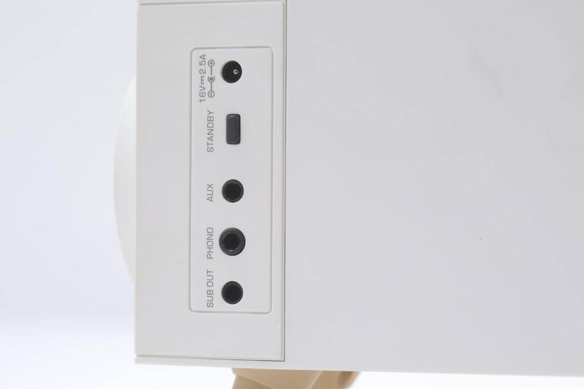 機背有 3.5mm AUX 連接其他音源、 Phone 接口連接黑膠唱盤,和 SUB OUT 連接重低音喇叭提升低音效果。