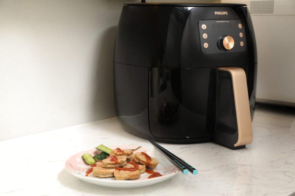 使用氣炸鍋相比傳統油炸方式,脂肪含量減少高達 90%,更可以去除高達 50% 肉類本身的脂肪