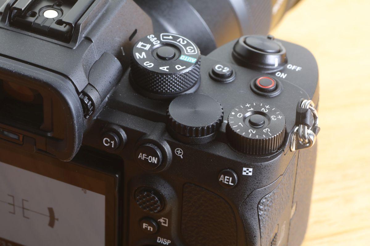 錄影按鈕由機背搬到機頂快門按鈕後面。