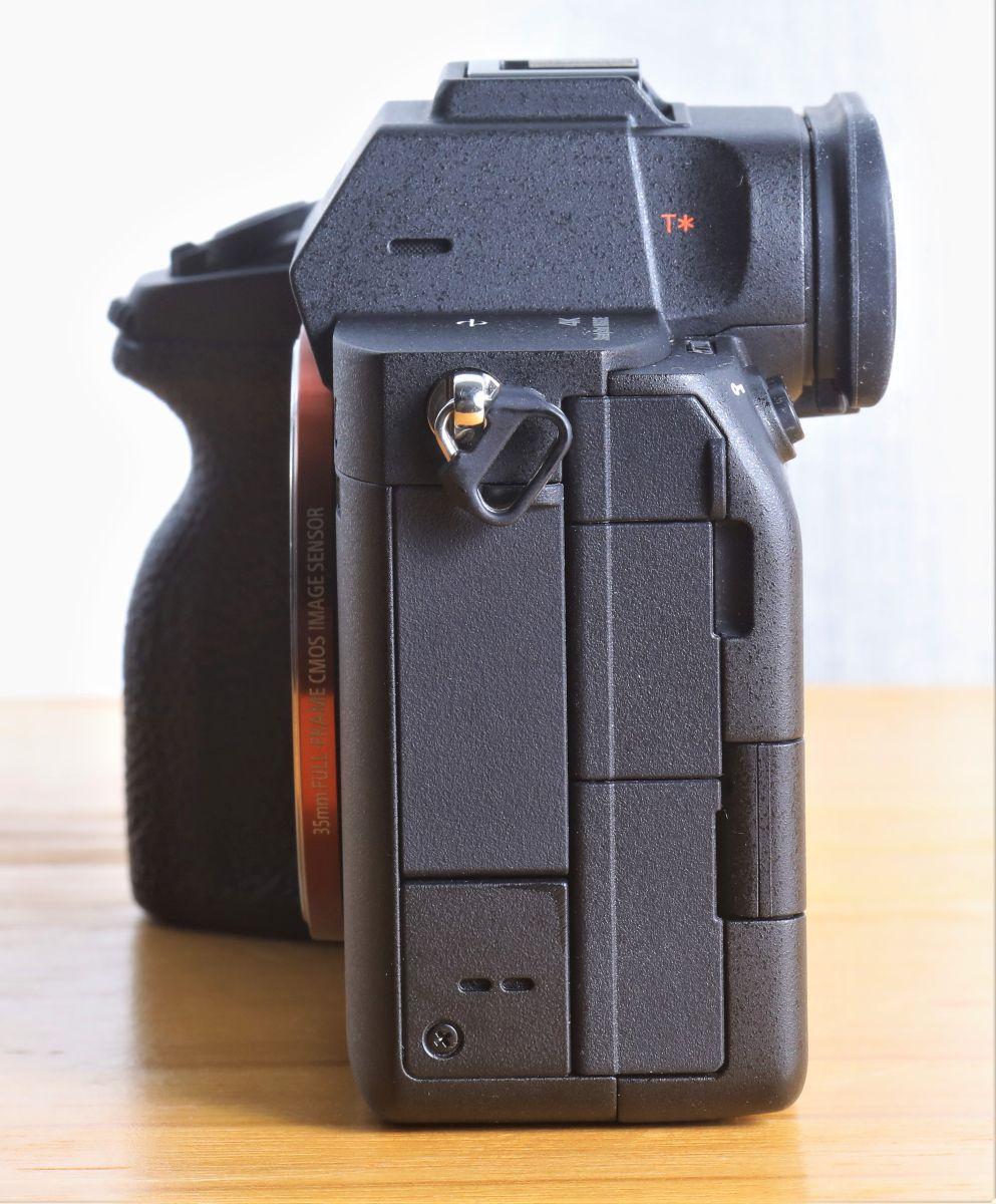 可能因為用上了全新的散熱結構,機身是 S 系列相機中最厚的。