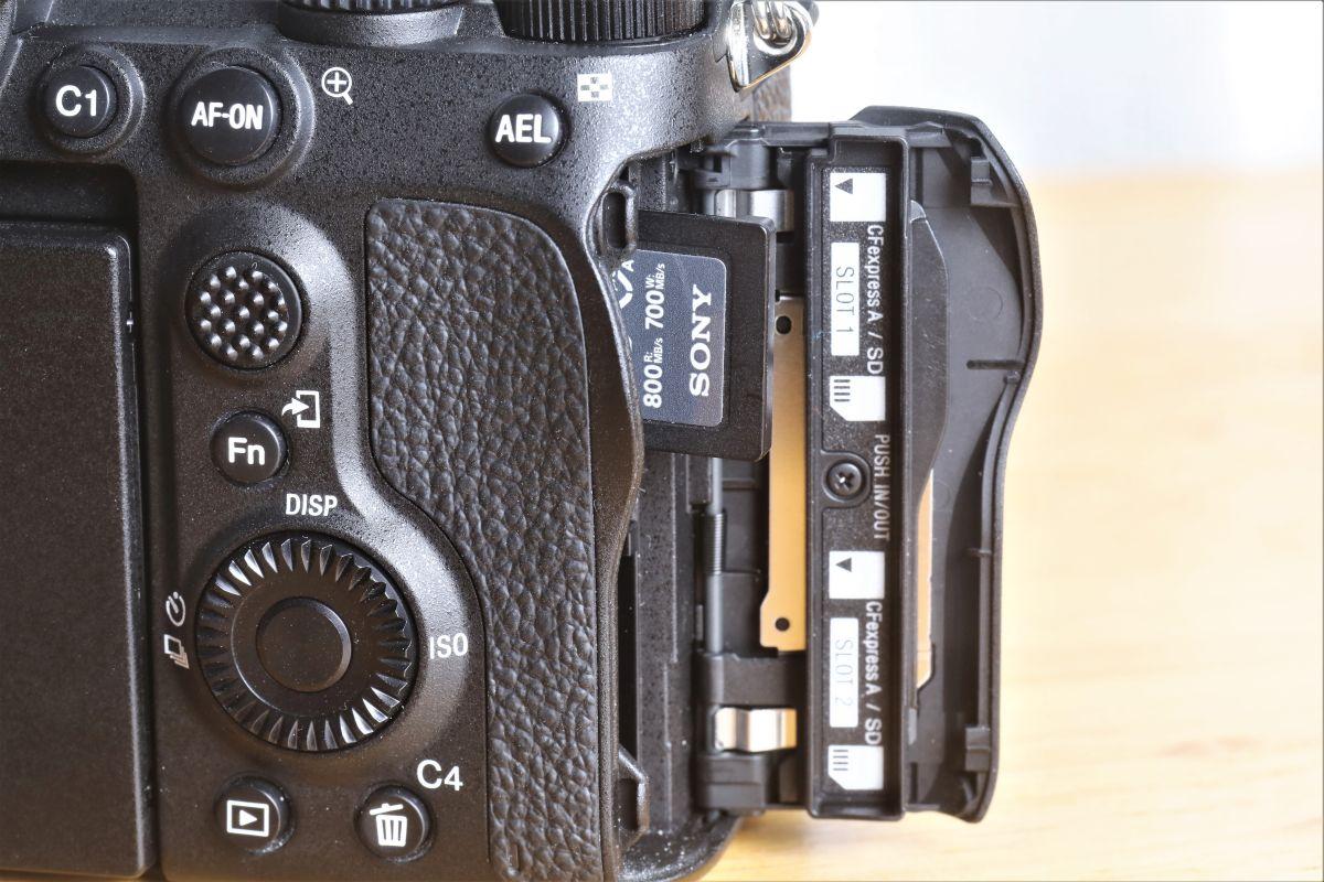 兩條卡槽都同時支援 SDXC 和 CFexpress Type A 卡。