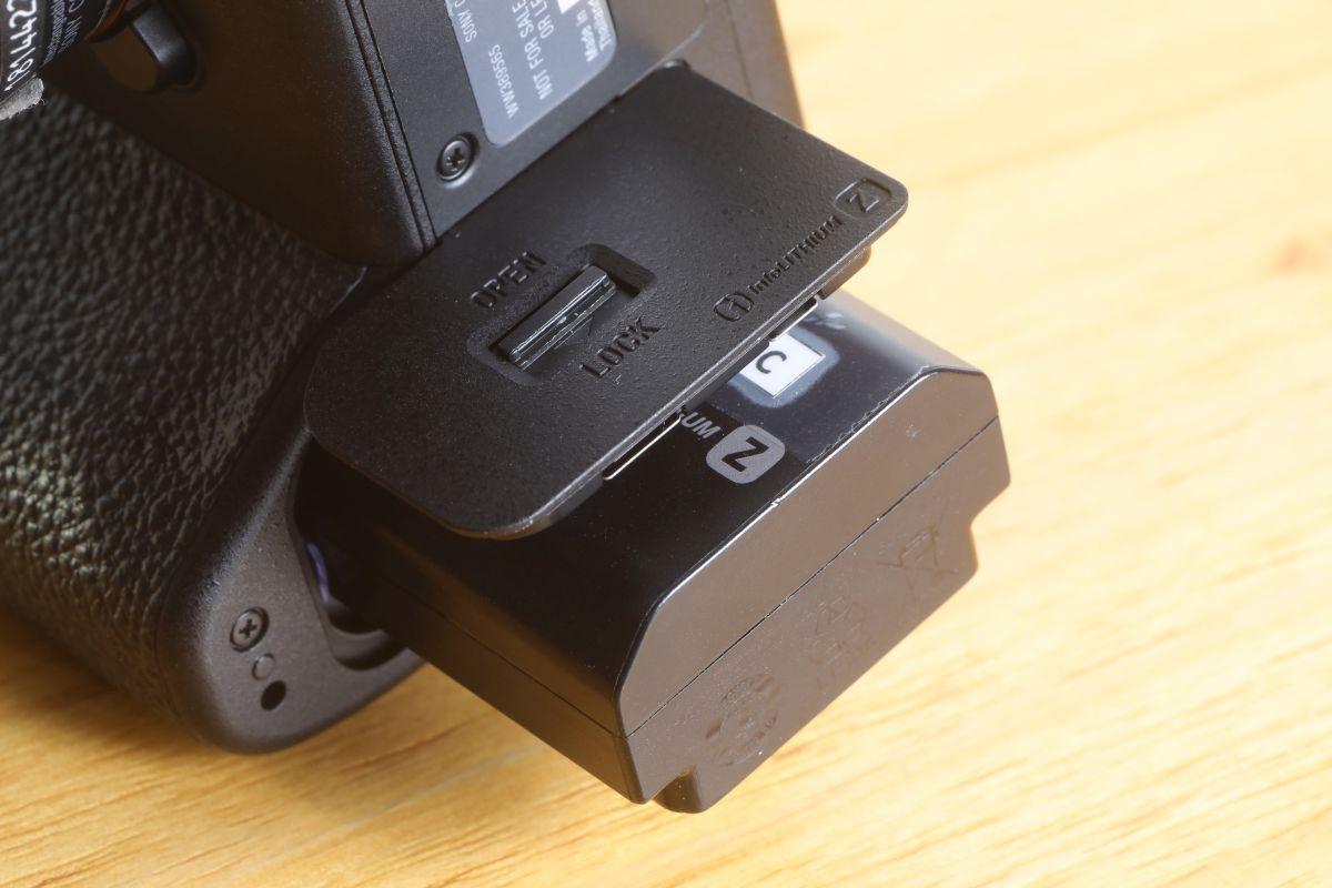 A7sIII 轉用了 A7III 、 A9 等無反全片幅相機所用的 Z 系列高容量電池。