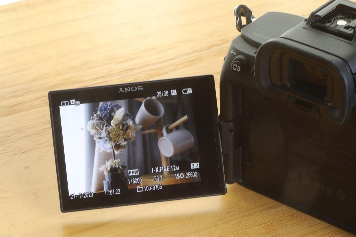 用上 ZV-1 也採用的完全翻揭式觸控屏幕。