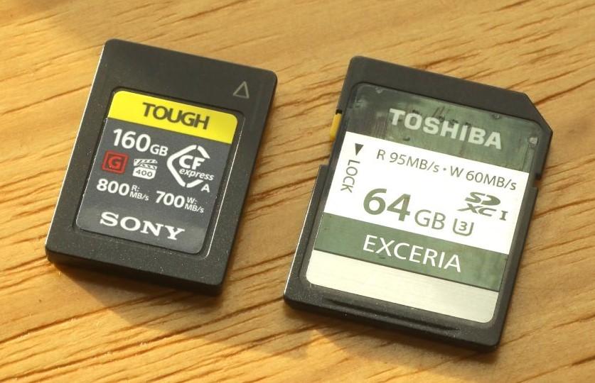 雖然尺寸差不多,但 CFexpress Type A 卡(左)的讀寫速度就快上好幾倍。