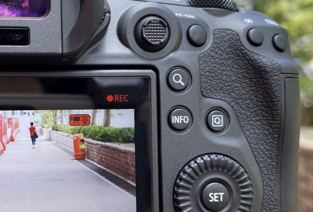 在拍攝才開始 8K 試拍約 10 分鐘,相機已經顯示「過熱提示」