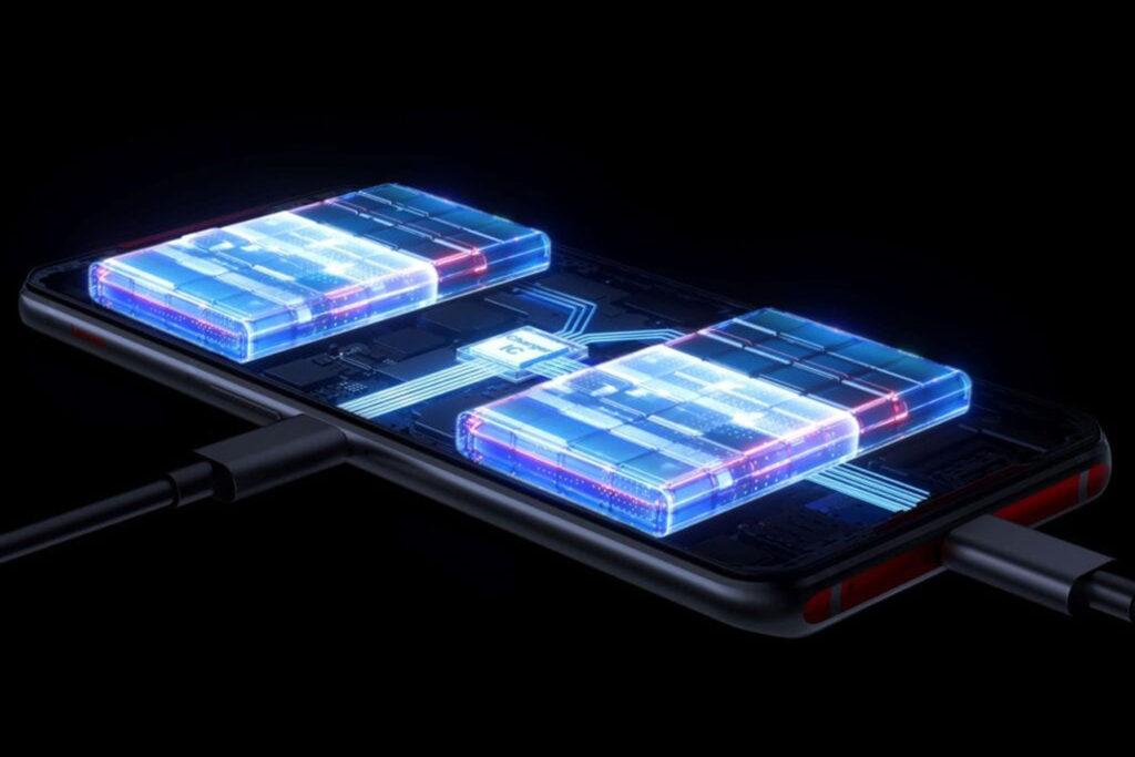 將5,000mAh電池分成兩部份移到橫握手機機時兩端位置,令手機有更佳的平衡度。