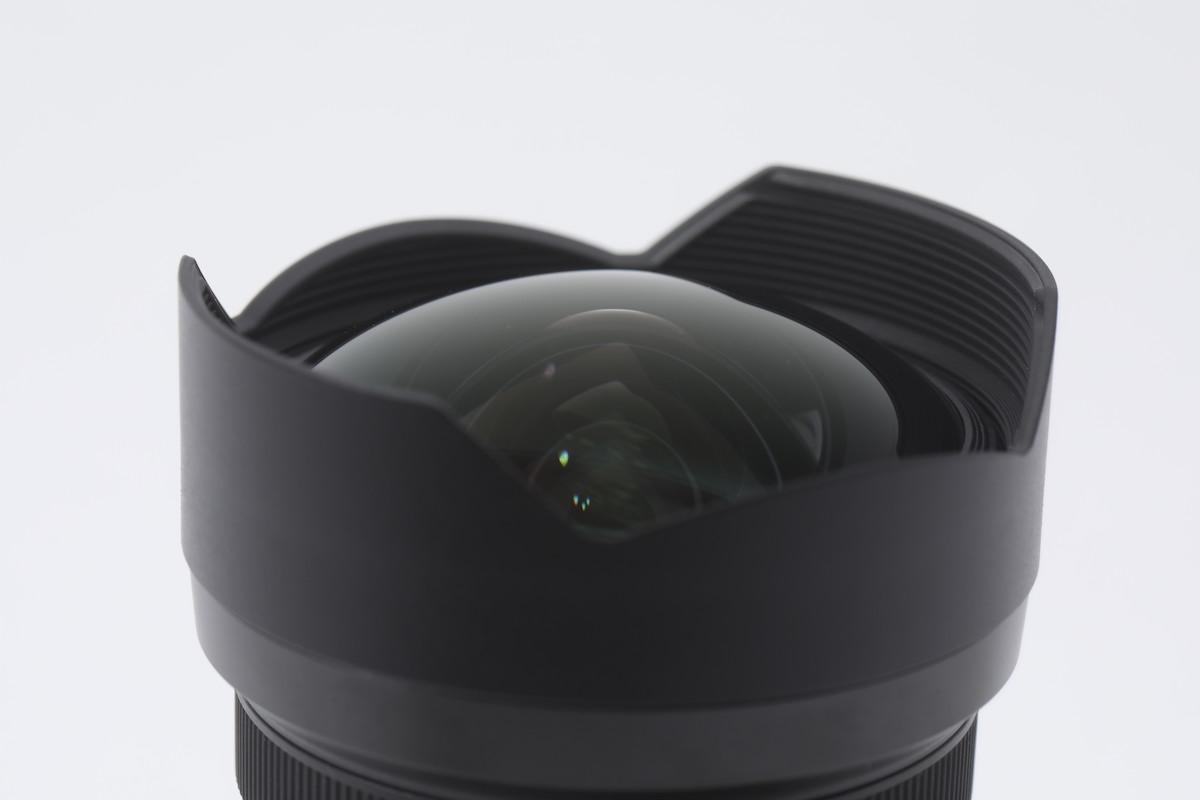 鏡頭蓋是金屬罩殼,提升保護能力。鏡身筒使用內變焦方式,也可以保障到鏡頭不易入塵,而且感覺也高級一些。