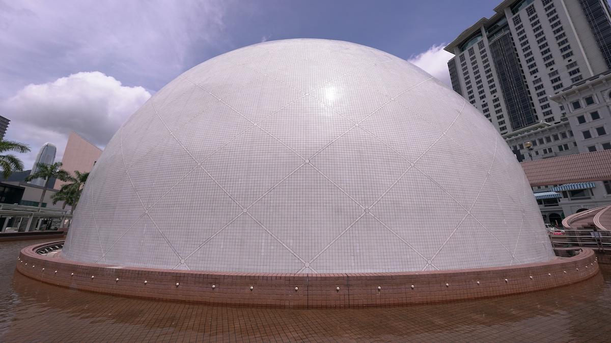 近攝之下,太空館在 12mm 鏡頭中能夠輕鬆駕馭,外牆瓷磚也可顯示其解像力。