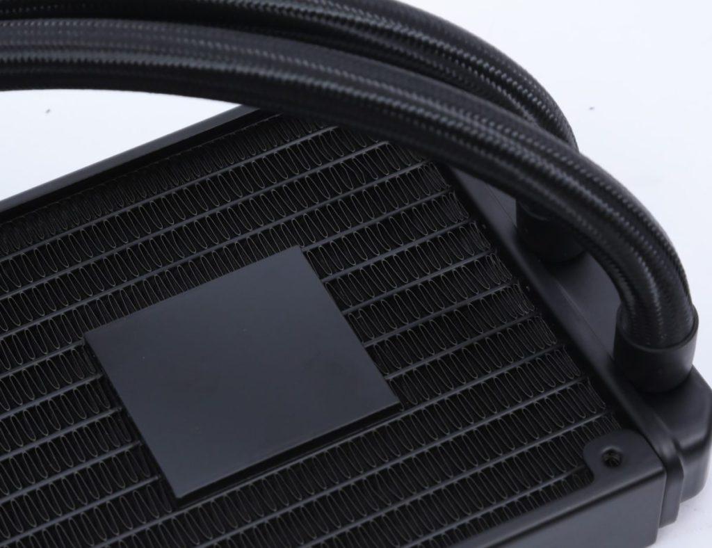 MSI 把 PUMP 置於冷排,一改傳統設計。