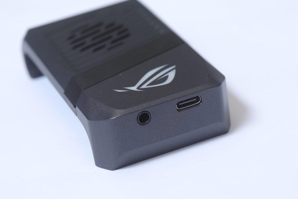 AeroActive Cooler 3 內置 3.5mm 插頭,想打機又用有線耳機,就要插上 AeroActive Cooler 3 。