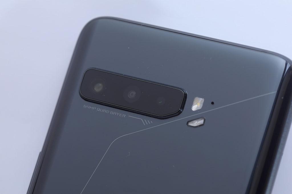 ROG Phone 3 升級至三鏡頭,由 64MP 主鏡、 13MP 超廣角鏡及 5MP 微距鏡所組成。