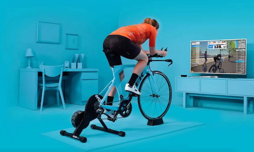 ZWIFT 可以讓身處異地的單車手透過手機和單車訓練器,在虛擬賽道上互相比拼。