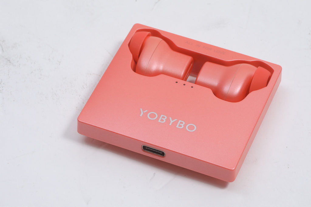 一個薄薄四方型的便攜式充電盒,上面藏好兩邊耳機,同一般的掀蓋式設計有頗大分別,而薄薄四方型外觀也極像Memo紙,厚度僅13mm。
