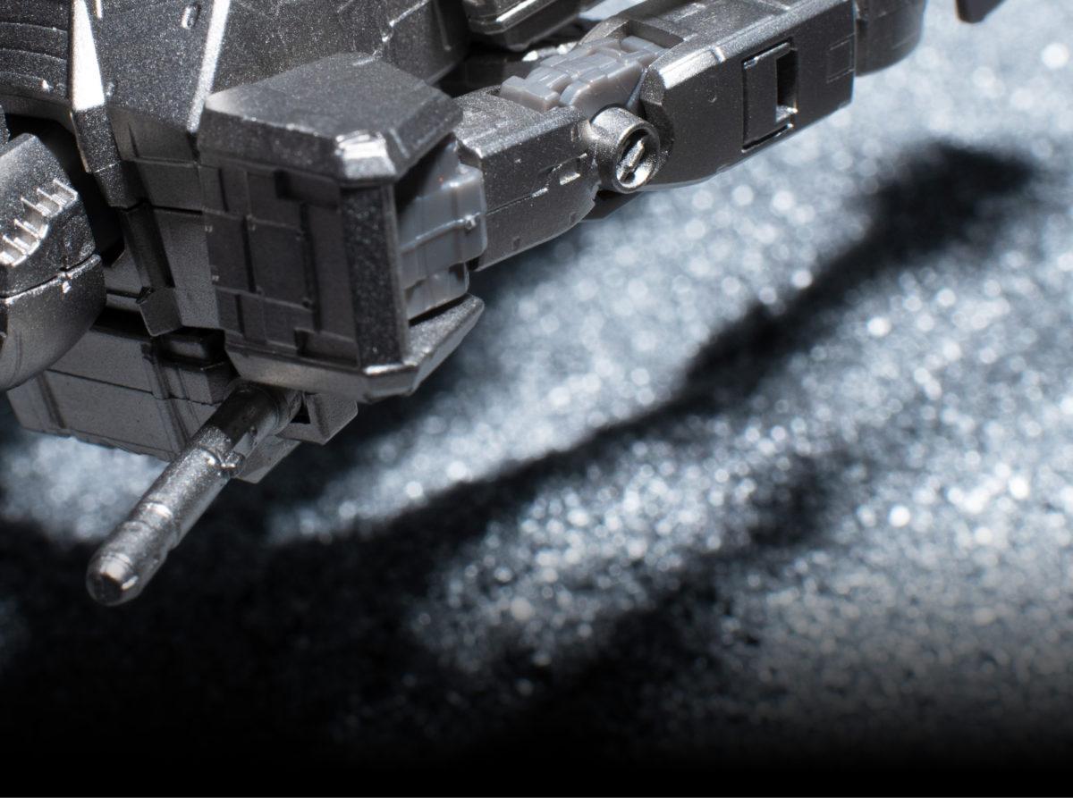 模型本身是在塑膠製的框體上嵌上高達尼姆合金部件,所以頭部、肩膊、手臂、膝蓋、足踝均可活動。