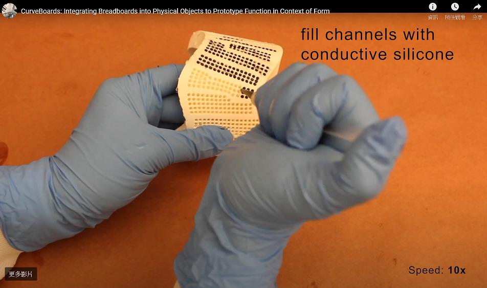 列印完成後,需手動注入導電物。