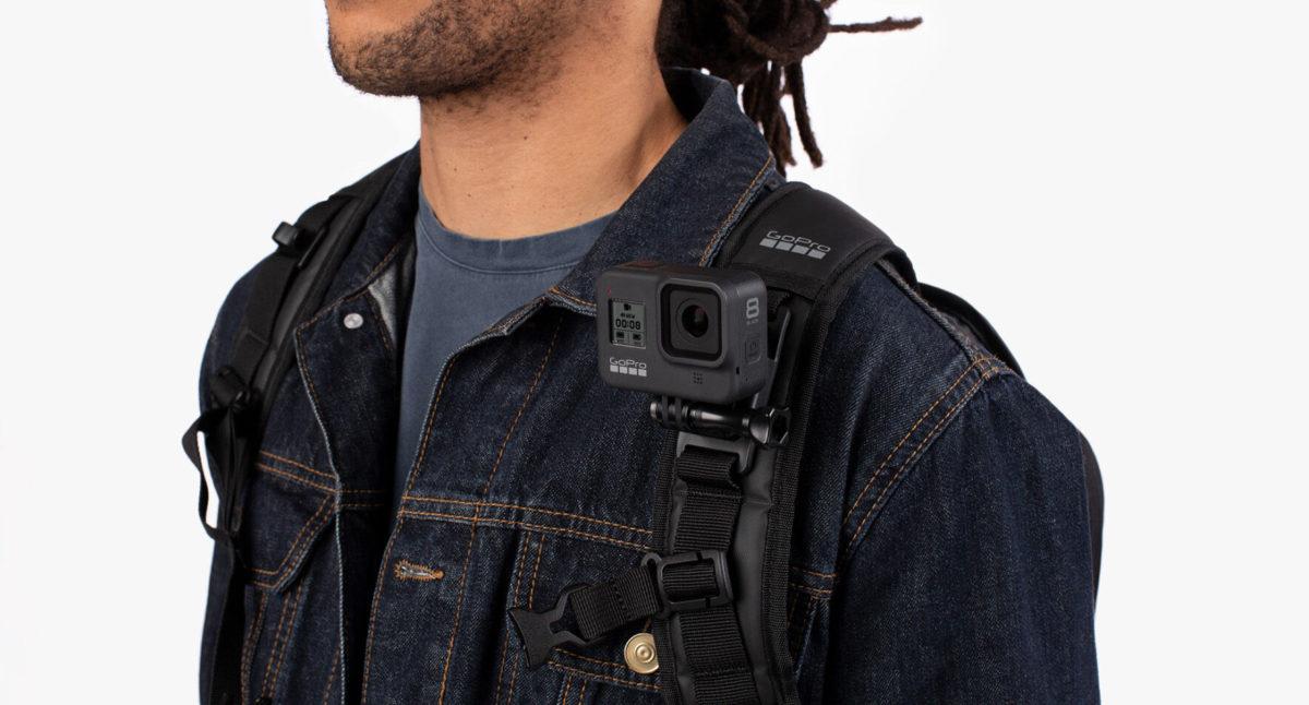 肩帶可以掛上 GoPro 攝影機進行拍攝。