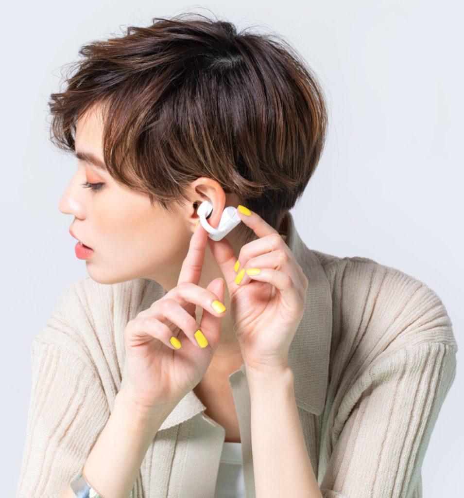 配戴時耳機的主機部份放在耳後,然後以前段的耳夾掛在耳殼上就可以。