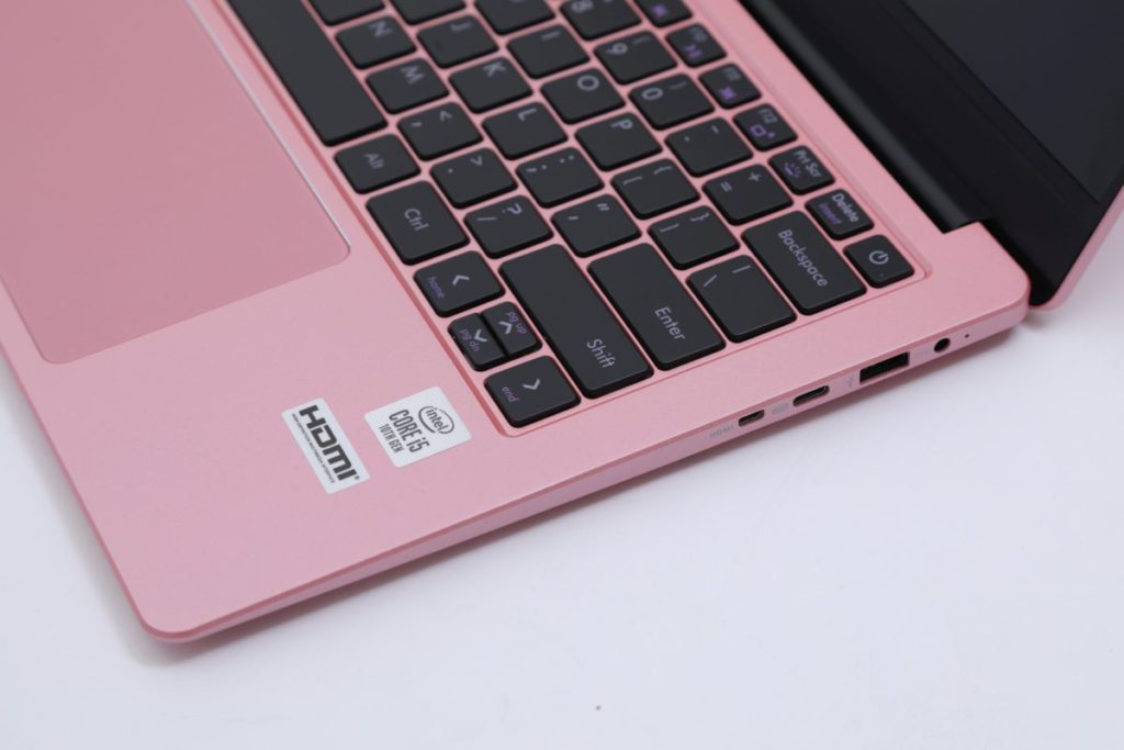 全尺寸背光鍵盤,配合特大觸控板,使用體驗大大提升