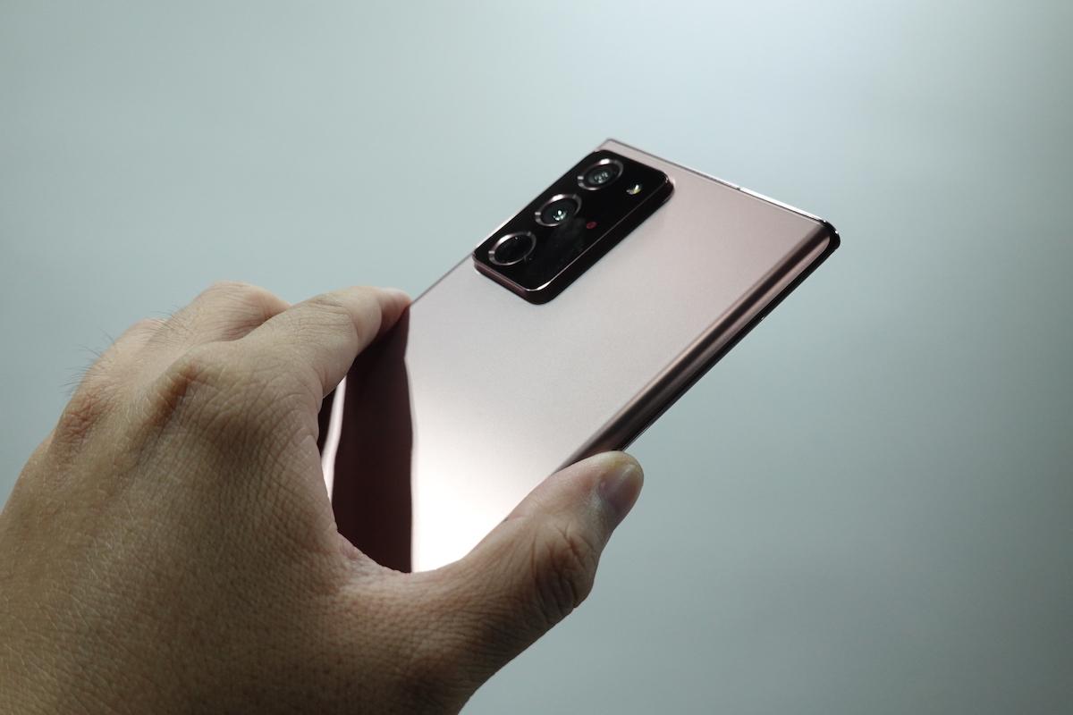 不過機框孤度有分別,加上霧面機背特別的質感,上手使用時反而好像感覺比 Galaxy S20 Ultra 薄一點。