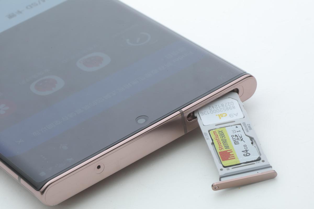 同為使用混合式卡槽,可支援 microSD 儲存。